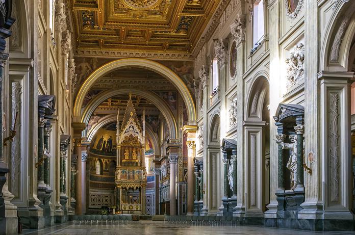 Basilica di San Giovanni in laterano. Veduta della navata centrale con le nicchie del Borromini